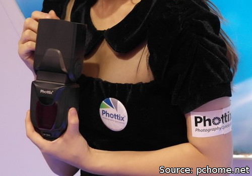 Phottix Zeus speedlight shown at Photo & Imaging Shanghai 2012 (via pchome.net)
