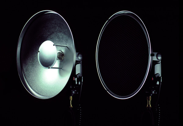 Cheetah Light beauty dish with and without honeycomb grid attachment